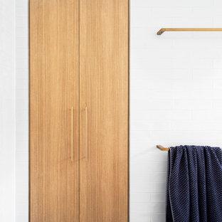 Großes Modernes Badezimmer En Suite mit flächenbündigen Schrankfronten, hellbraunen Holzschränken, freistehender Badewanne, offener Dusche, Wandtoilette mit Spülkasten, grauen Fliesen, weißen Fliesen, Metrofliesen, grauer Wandfarbe, Keramikboden, Aufsatzwaschbecken, Beton-Waschbecken/Waschtisch, blauem Boden, offener Dusche und grauer Waschtischplatte in Melbourne