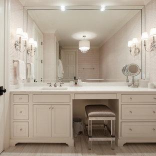 Идея дизайна: детская ванная комната среднего размера в классическом стиле с фасадами с декоративным кантом, белыми фасадами, отдельно стоящей ванной, полом из керамогранита, врезной раковиной, столешницей из кварцита, белым полом, розовой столешницей, тумбой под одну раковину, встроенной тумбой и обоями на стенах