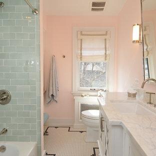 На фото: детские ванные комнаты среднего размера в классическом стиле с фасадами островного типа, белыми фасадами, ванной в нише, душем над ванной, унитазом-моноблоком, зеленой плиткой, стеклянной плиткой, розовыми стенами, врезной раковиной, мраморной столешницей и полом из керамической плитки