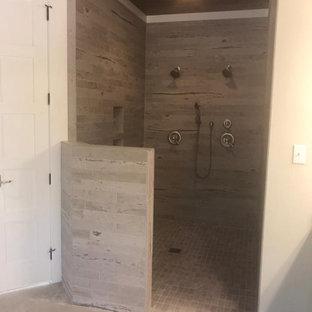 Idéer för att renovera ett stort lantligt grå grått en-suite badrum, med skåp i shakerstil, vita skåp, ett fristående badkar, en dusch i en alkov, granitbänkskiva, med dusch som är öppen, beige väggar, klinkergolv i keramik, ett undermonterad handfat och beiget golv