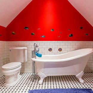 Idéer för att renovera ett vintage badrum för barn, med ett badkar med tassar, en toalettstol med separat cisternkåpa, vit kakel, tunnelbanekakel och röda väggar