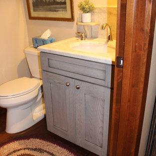 Ispirazione per una stanza da bagno con doccia industriale con ante in stile shaker, ante grigie, piastrelle di marmo, lavabo a consolle, top in onice e pavimento marrone
