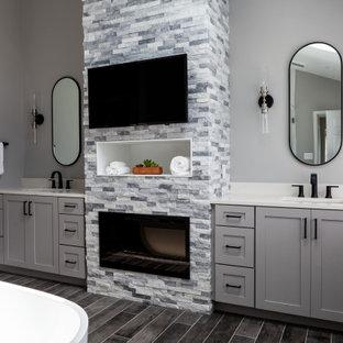 Modern inredning av ett stort vit vitt en-suite badrum, med luckor med infälld panel, grå skåp, ett fristående badkar, en hörndusch, en toalettstol med separat cisternkåpa, grå väggar, klinkergolv i porslin, ett undermonterad handfat, bänkskiva i kvartsit, grått golv och dusch med gångjärnsdörr