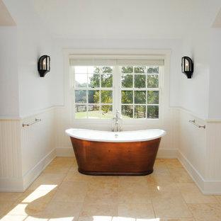 Idee per una grande stanza da bagno padronale country con vasca freestanding, piastrelle beige, piastrelle in gres porcellanato, pareti bianche e pavimento in travertino