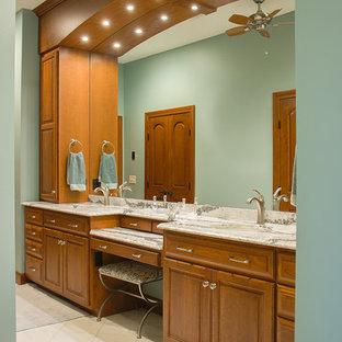 Foto de cuarto de baño principal, clásico, grande, con armarios con paneles con relieve, puertas de armario de madera oscura, suelo de mármol, encimera de cuarzo compacto, paredes azules y lavabo bajoencimera