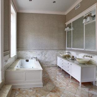 Immagine di una stanza da bagno eclettica con lavabo a bacinella