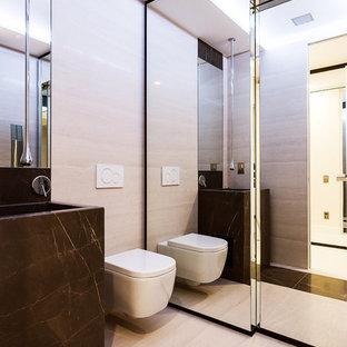Modernes Badezimmer mit Wandtoilette, schwarz-weißen Fliesen, Steinplatten, integriertem Waschbecken und Marmor-Waschbecken/Waschtisch in Mailand