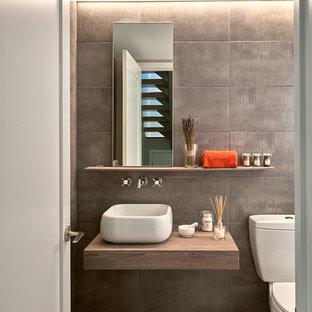 Modernes Badezimmer mit flächenbündigen Schrankfronten, brauner Wandfarbe und Aufsatzwaschbecken in Washington, D.C.