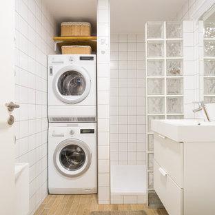 Imagen de cuarto de baño nórdico con armarios con paneles lisos, puertas de armario blancas, ducha abierta, baldosas y/o azulejos de cerámica, paredes blancas, suelo de madera clara, suelo beige y ducha abierta