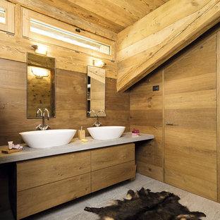 Создайте стильный интерьер: маленькая главная ванная комната в стиле рустика с плоскими фасадами, фасадами цвета дерева среднего тона, коричневыми стенами, настольной раковиной, серым полом, мраморной столешницей и полом из известняка - последний тренд