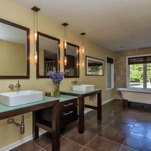 Пример оригинального дизайна: ванная комната в современном стиле с отдельно стоящей ванной, настольной раковиной и зеленой столешницей