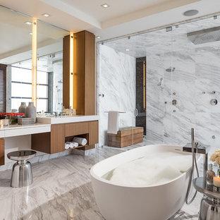 Idéer för att renovera ett mycket stort funkis vit vitt en-suite badrum, med släta luckor, ett fristående badkar, vit kakel, grå kakel, flerfärgad kakel, marmorkakel, marmorgolv, bänkskiva i kvarts, skåp i mörkt trä, flerfärgat golv, dusch med gångjärnsdörr och en dubbeldusch