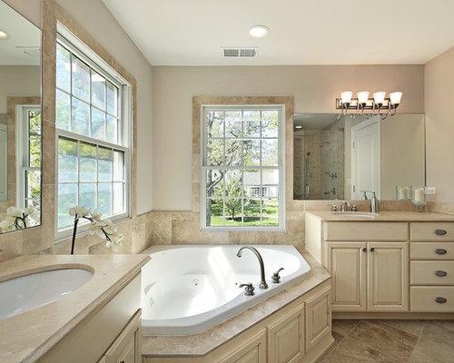 badezimmer mit kalkstein waschbecken waschtisch und grauen fliesen ideen design bilder houzz. Black Bedroom Furniture Sets. Home Design Ideas