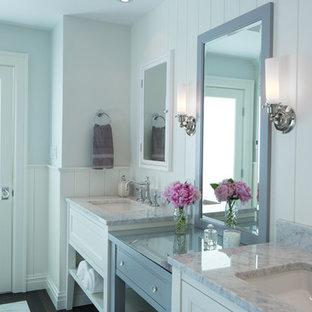 Imagen de cuarto de baño principal, clásico renovado, grande, con armarios abiertos, puertas de armario blancas, paredes grises, lavabo bajoencimera y encimera de mármol