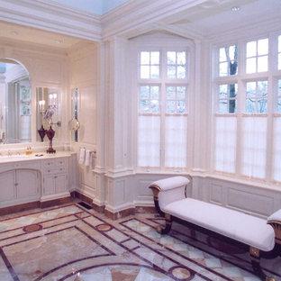 Esempio di una stanza da bagno padronale chic con ante con riquadro incassato, ante bianche, vasca sottopiano, doccia doppia, WC monopezzo, pareti bianche, lavabo sottopiano, top in marmo, pavimento blu, porta doccia a battente e pavimento in marmo