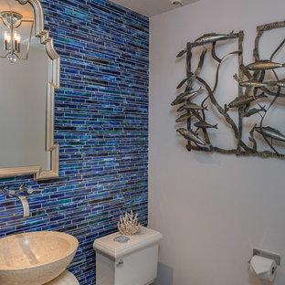 Immagine di una stanza da bagno costiera con lavabo a colonna, WC a due pezzi, piastrelle blu, piastrelle a listelli e pareti blu