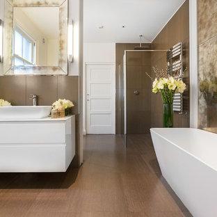 Inspiration för ett funkis en-suite badrum, med släta luckor, vita skåp, ett fristående badkar, en öppen dusch, brun kakel, vita väggar, ett fristående handfat och med dusch som är öppen