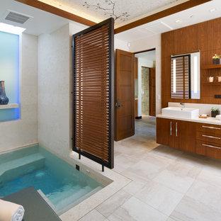 Idee per una stanza da bagno tropicale con ante lisce, vasca idromassaggio, lavabo a bacinella, pavimento beige e top bianco