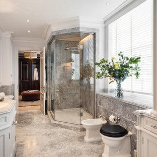 Cette image montre une salle de bain principale traditionnelle de taille moyenne avec une douche d'angle, un mur blanc, un sol en marbre, un plan de toilette en marbre, une cabine de douche à porte battante, un placard avec porte à panneau encastré, des portes de placard blanches, un bidet, un carrelage gris, du carrelage en marbre, un lavabo encastré, un sol gris et un plan de toilette rouge.