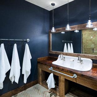 Esempio di una stanza da bagno per bambini rustica di medie dimensioni con lavabo rettangolare, nessun'anta, ante in legno scuro, top in legno, doccia a filo pavimento, WC monopezzo, piastrelle beige, piastrelle in ceramica, pareti beige e parquet scuro