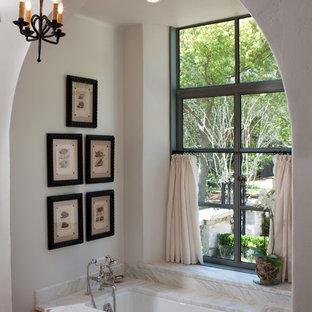 Inspiration pour une salle de bain méditerranéenne avec une baignoire encastrée et un carrelage multicolore.