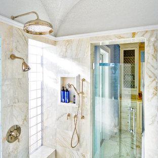 Foto di una grande stanza da bagno tradizionale con doccia doppia, piastrelle beige, piastrelle a specchio, pareti beige, pavimento con piastrelle di ciottoli, pavimento grigio e porta doccia a battente