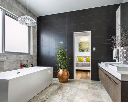 Bagno con piastrelle nere e piastrelle in travertino foto idee