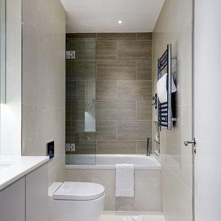 Создайте стильный интерьер: главная ванная комната в современном стиле с плоскими фасадами, накладной ванной, инсталляцией, бежевой плиткой, керамической плиткой, бежевыми стенами, полом из керамической плитки, врезной раковиной и столешницей из искусственного камня - последний тренд