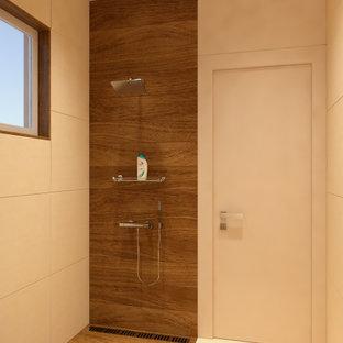 他の地域の小さいモダンスタイルのおしゃれなバスルーム (浴槽なし) (フラットパネル扉のキャビネット、ベージュのキャビネット、バリアフリー、壁掛け式トイレ、ベージュのタイル、磁器タイル、茶色い壁、磁器タイルの床、ベッセル式洗面器、人工大理石カウンター、茶色い床、オープンシャワー、ベージュのカウンター) の写真