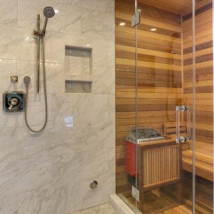 Modern inredning av ett mellanstort en-suite badrum, med luckor med infälld panel, beige skåp, ett fristående badkar, en dusch i en alkov, vit kakel, marmorkakel, beige väggar, klinkergolv i porslin, ett undermonterad handfat, marmorbänkskiva, beiget golv och dusch med gångjärnsdörr