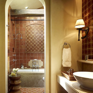 Diseño de cuarto de baño mediterráneo con baldosas y/o azulejos de terracota, lavabo sobreencimera, suelo de baldosas de terracota y suelo marrón