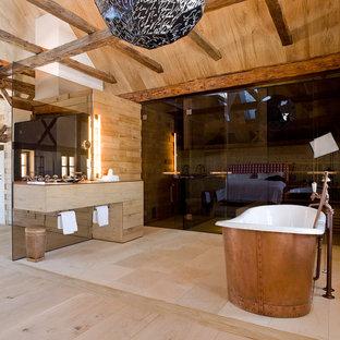 На фото: ванные комнаты среднего размера в стиле рустика с отдельно стоящей ванной, бежевой плиткой, удлиненной плиткой и столешницей из дерева