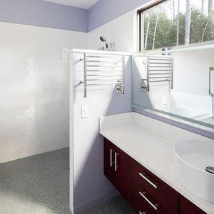 Kleines Modernes Badezimmer En Suite mit flächenbündigen Schrankfronten, dunklen Holzschränken, japanischer Badewanne, bodengleicher Dusche, Bidet, weißen Fliesen, Metrofliesen, lila Wandfarbe, Keramikboden, Sockelwaschbecken, Mineralwerkstoff-Waschtisch, grauem Boden und offener Dusche in Raleigh