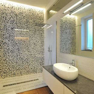 Esempio di una stanza da bagno padronale contemporanea di medie dimensioni con pareti bianche, piastrelle multicolore, pistrelle in bianco e nero, piastrelle a mosaico, ante lisce, ante bianche, doccia a filo pavimento, lavabo a bacinella, top in marmo e pavimento in legno massello medio