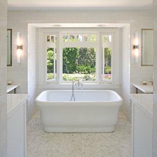 Modelo de cuarto de baño principal, clásico, grande, con bañera exenta, encimera de mármol, baldosas y/o azulejos de cemento, paredes blancas y suelo con mosaicos de baldosas
