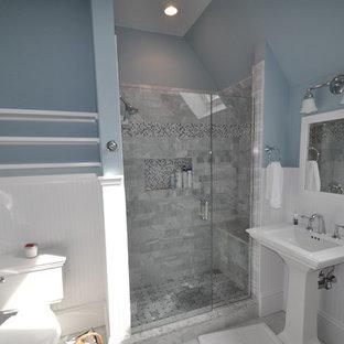 Immagine di una stanza da bagno con doccia tradizionale di medie dimensioni con ante in stile shaker, ante bianche, doccia alcova, WC monopezzo, piastrelle grigie, piastrelle in pietra, pareti blu, pavimento in marmo, lavabo a colonna, top in quarzite, pavimento grigio e porta doccia a battente