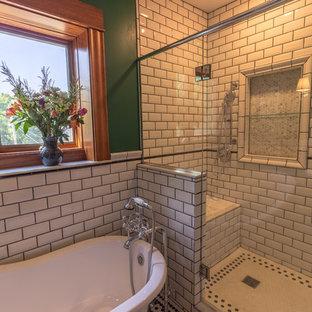 Klassisches Badezimmer En Suite mit Löwenfuß-Badewanne, Toilette mit Aufsatzspülkasten, weißen Fliesen, Metrofliesen, grüner Wandfarbe, Keramikboden, Sockelwaschbecken, buntem Boden und Falttür-Duschabtrennung in Minneapolis