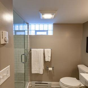 Ejemplo de cuarto de baño con ducha, clásico, de tamaño medio, con ducha empotrada, sanitario de una pieza, baldosas y/o azulejos blancos, baldosas y/o azulejos de cemento, paredes beige, suelo vinílico, lavabo con pedestal, encimera de mármol, suelo beige, ducha con puerta con bisagras y encimeras blancas