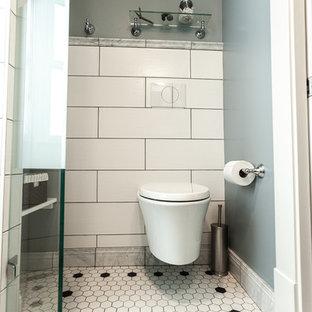 Diseño de cuarto de baño con ducha, tradicional, pequeño, con ducha a ras de suelo, sanitario de pared, baldosas y/o azulejos blancos, baldosas y/o azulejos de cerámica, paredes azules, suelo de baldosas de porcelana, lavabo bajoencimera, encimera de vidrio reciclado, suelo blanco, ducha con puerta con bisagras y encimeras grises