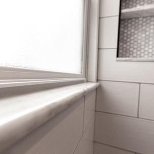 Foto de cuarto de baño con ducha, tradicional, pequeño, con ducha a ras de suelo, sanitario de pared, baldosas y/o azulejos blancos, baldosas y/o azulejos de cerámica, paredes azules, suelo de baldosas de porcelana, lavabo bajoencimera, encimera de vidrio reciclado, suelo blanco, ducha con puerta con bisagras y encimeras grises