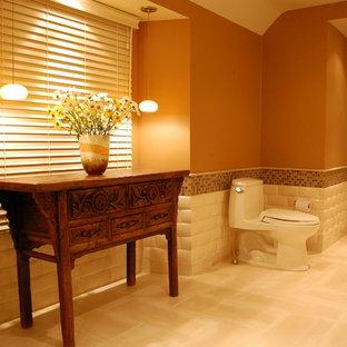 Idéer för stora vintage en-suite badrum, med släta luckor, skåp i mörkt trä, ett fristående badkar, en dusch i en alkov, en toalettstol med hel cisternkåpa, beige kakel, porslinskakel, kalkstensgolv, ett undermonterad handfat, granitbänkskiva, bruna väggar och beiget golv
