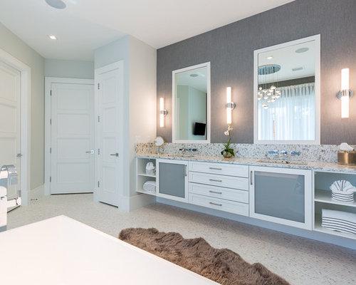 Salle de bain avec une baignoire ind pendante et un for Baignoire avec porte vitree