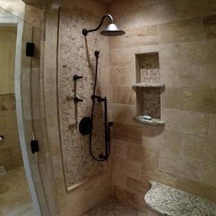 Immagine di una stanza da bagno con doccia tradizionale di medie dimensioni con doccia ad angolo, piastrelle beige, pareti beige, pavimento con piastrelle a mosaico, pavimento beige, porta doccia a battente e piastrelle in travertino