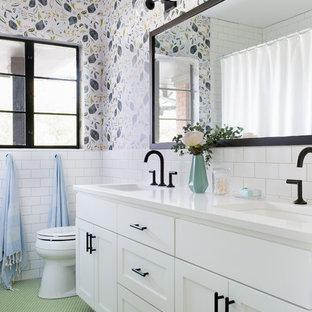 Ejemplo de cuarto de baño ecléctico con armarios estilo shaker, puertas de armario blancas, baldosas y/o azulejos blancos, baldosas y/o azulejos de cemento, paredes multicolor, lavabo bajoencimera y suelo verde