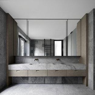 Modernes Badezimmer mit flächenbündigen Schrankfronten, grauen Schränken, grauen Fliesen, roter Wandfarbe, integriertem Waschbecken, grauem Boden und grauer Waschtischplatte in Los Angeles
