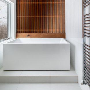 Идея дизайна: главная ванная комната среднего размера в современном стиле с отдельно стоящей ванной, белой плиткой, деревянными стенами, открытыми фасадами, душевой комнатой, керамогранитной плиткой, белыми стенами, полом из керамической плитки, белым полом и душем с распашными дверями