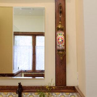 Idee per una stanza da bagno con doccia mediterranea con ante in legno scuro, doccia a filo pavimento, WC monopezzo, piastrelle multicolore, pareti beige, pavimento in terracotta, lavabo sottopiano, pavimento rosso, doccia aperta, consolle stile comò e top in marmo
