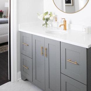 ミネアポリスの小さいトランジショナルスタイルのおしゃれなバスルーム (浴槽なし) (シェーカースタイル扉のキャビネット、グレーのキャビネット、分離型トイレ、白い壁、大理石の床、アンダーカウンター洗面器、クオーツストーンの洗面台、グレーの床) の写真