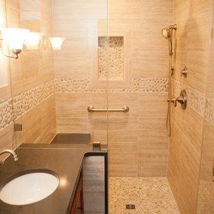 Mittelgroßes Klassisches Duschbad mit Schrankfronten mit vertiefter Füllung, dunklen Holzschränken, Duschnische, Toilette mit Aufsatzspülkasten, beigefarbenen Fliesen, Porzellanfliesen, beiger Wandfarbe, Porzellan-Bodenfliesen, Unterbauwaschbecken und Zink-Waschbecken/Waschtisch in New York