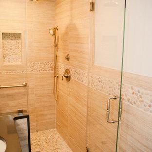 Idee per una stanza da bagno con doccia chic di medie dimensioni con ante con riquadro incassato, ante in legno bruno, doccia alcova, WC monopezzo, piastrelle beige, piastrelle in gres porcellanato, pareti beige, pavimento in gres porcellanato, lavabo sottopiano e top in zinco